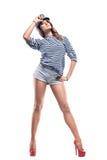 Junge schöne entzückende Frau in der Seespitzekappe und in abgestreifter Weste Stockfoto
