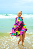 Junge schöne Frau auf dem Strand Stockfotografie
