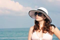 Junge schöne Frau auf dem Strand Lizenzfreie Stockbilder