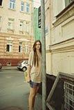 Junge schöne Frau auf der Straße Lizenzfreie Stockfotografie