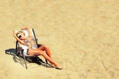 Junge schöne Frau auf einem Strand Lizenzfreies Stockbild