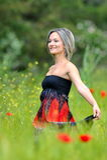 Junge schöne Frau auf Feld Lizenzfreie Stockfotos