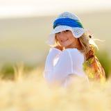 Junge schöne Frau auf goldenem Getreidefeld Stockfotos
