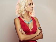 Junge schöne Frau Blondes Mädchen des sexy Körpers im roten Kleid Lizenzfreies Stockbild