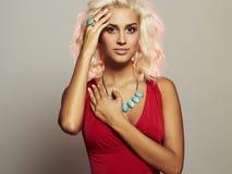 Junge schöne Frau Blondes Mädchen des sexy Körpers im roten Kleid Lizenzfreie Stockbilder