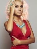 Junge schöne Frau Blondes Mädchen des sexy Körpers Rotes Kleid Stockfoto