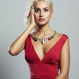 Junge schöne Frau Blondes Mädchen des sexy Körpers Rotes Kleid Lizenzfreie Stockfotografie