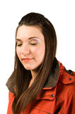 Junge schöne Frau in der roten Jacke Lizenzfreie Stockfotos