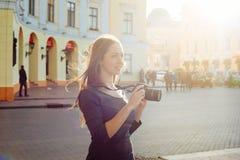 Junge schöne Frau in der Stadt mit Digitalkamera Lizenzfreie Stockfotografie