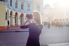 Junge schöne Frau in der Stadt mit Digitalkamera Lizenzfreies Stockbild