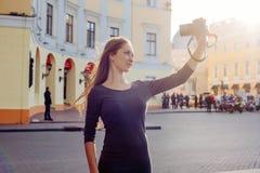 Junge schöne Frau in der Stadt mit Digitalkamera Stockfoto