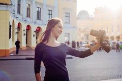 Junge schöne Frau in der Stadt mit Digitalkamera Lizenzfreie Stockbilder