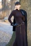 Junge schöne Frau in der stehenden Außenseite des Kleides lizenzfreies stockbild