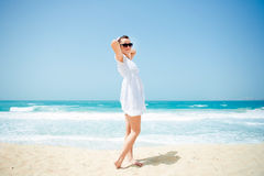 Junge schöne Frau, die auf dem Strand aufwirft Lizenzfreies Stockbild