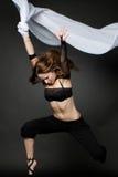 Junge schöne Frau, die auf ein Schwarzes springt Lizenzfreie Stockfotos