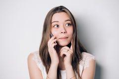 Junge schöne Frau, die auf Handy spricht stockfotografie