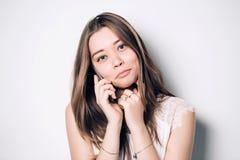 Junge schöne Frau, die auf Handy spricht lizenzfreies stockbild