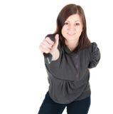 Junge schöne Frau, die Autotasten auf weißem Hintergrund zeigt Lizenzfreie Stockfotos