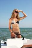 Junge schöne Frau, die ein Boot antreibt stockfotos