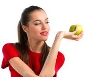 Junge schöne Frau, die einen Apfel anhält stockbild