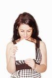 Junge schöne Frau, die einen Brief ein getrennt öffnet Lizenzfreies Stockfoto