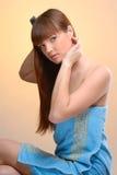 Junge schöne Frau, die ihr Haar kämmt Lizenzfreie Stockbilder