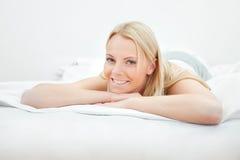 Junge schöne Frau, die im Bett liegt Lizenzfreies Stockbild