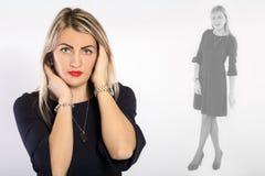 Junge schöne Frau in einem schwarzen Kleid lizenzfreie stockfotografie