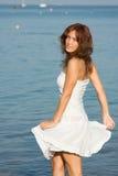 Junge schöne Frau in einem weißen Kleid Stockbilder