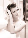 Junge schöne Frau in einer Stadt Stockfoto