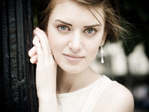 Junge schöne Frau in einer Stadt Stockfotos