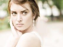 Junge schöne Frau in einer Stadt Lizenzfreie Stockfotos