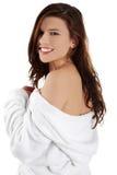 Junge schöne Frau im Bademantel Lizenzfreie Stockfotografie