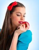 Junge schöne Frau im Blau, das einen Apfel anhält lizenzfreie stockfotos