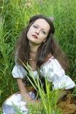 Junge schöne Frau im grünen Gras Stockfoto
