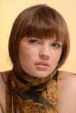 Junge schöne Frau im Herbstschal Stockbilder