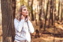 Junge schöne Frau im Herbstwald Lizenzfreies Stockbild