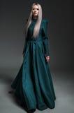 Junge schöne Frau im Kleid lizenzfreie stockbilder
