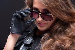 Junge schöne Frau im Leder und in den Sonnenbrillen Lizenzfreies Stockbild