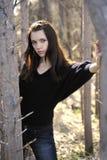 Junge schöne Frau im Park lizenzfreie stockfotos