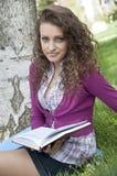 Junge schöne Frau im Park, Natur Lizenzfreies Stockfoto