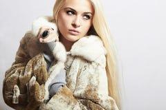 Junge schöne Frau im Pelz Getrennt auf weißem Hintergrund Hübsches Mädchen Schönheit blondes vorbildliches Girl in Mink Fur Coat Lizenzfreie Stockfotografie