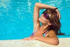 Junge schöne Frau im Pool Stockfotos