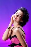 Junge schöne Frau im rosafarbenen Kleid Stockfotos