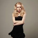 Junge schöne Frau im schwarzen Kleid Reizvolles blondes Mädchen Stockfotografie