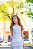 Junge schöne Frau im weißen Kleid Stockfoto