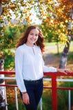 Junge schöne Frau Lächelndes Jugendlichmädchen der Schönheit im Herbstpark Lizenzfreie Stockfotos