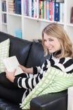 Junge, schöne Frau liest ein Buch Lizenzfreies Stockbild