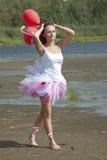 Junge schöne Frau mit Ballonen. Stockfotos