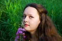 Junge schöne Frau mit Blume Lizenzfreie Stockfotos